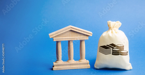 Money bag and government building Fototapet