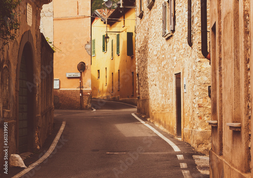 Uliczka miejscowość Włochy Alpy wieczór