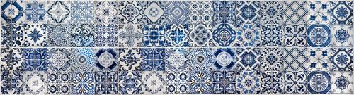 Mata na ścianę w kuchni  geometryczny-i-kwiatowy-wzor-mozaiki-plytek-azulejo-portugalskie-lub-hiszpanskie-retro-stare-plytki-scienne-bezszwowe-granatowe-tlo-dekoracyjne-ozdobne-elementy-ceramiczne-zdjecie-panoramiczne