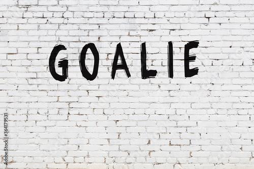 Fotografía White wall with black paint inscription goalie on it