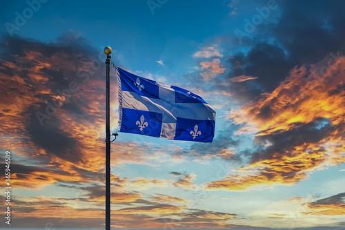 Fototapeta premium Flaga Quebecu lecąca na tle nieba