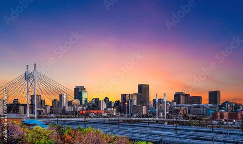 Fototapeta premium Most Nelsona Mandeli nad stacją Johannesburg Park w Gauteng w RPA