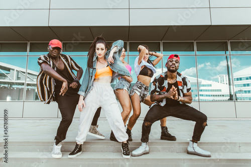 Group of hip hop dancers permorming their dance. Fototapete