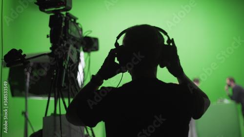 Fotografía Film Crew in Green Studio