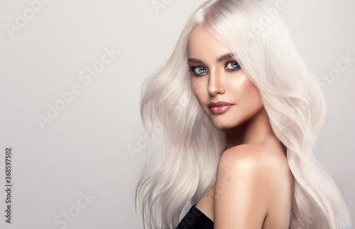 Foto Beautiful girls with hair coloring in blond