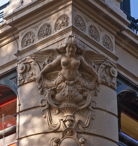 sculpture of a figurehead on the corner of a magnificent building Fototapet