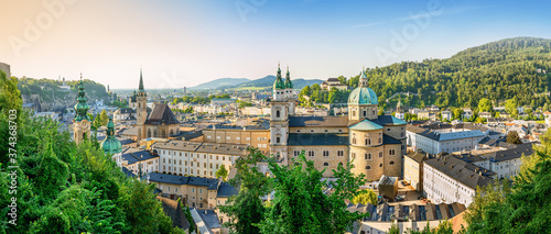 Fototapeta premium historyczne miasto salzburg o zachodzie słońca