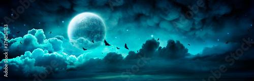 Foto Halloween Night - Spooky Moon In Cloudy Sky With Bats