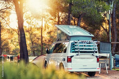 Foto Campervan caravan vehicle for van life holiday on mobile home camper mobile motor home