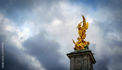 Photo Ornate Queen Victoria Memorial in front of Buckingham Palace, London, england
