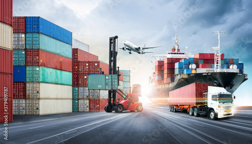 Foto Business logistics and transportation concept of containers cargo freight ship a