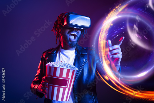 Cuadros en Lienzo Man with VR glasses and popcorn watches a 3D film