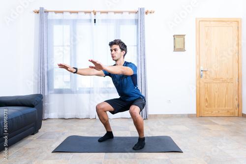 Canvas Chico joven haciendo ejercicio en casa con smartwach