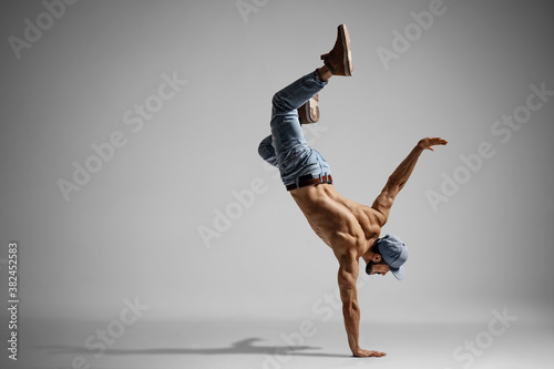 Canvastavla Shirtless man in jeans doing a handstand