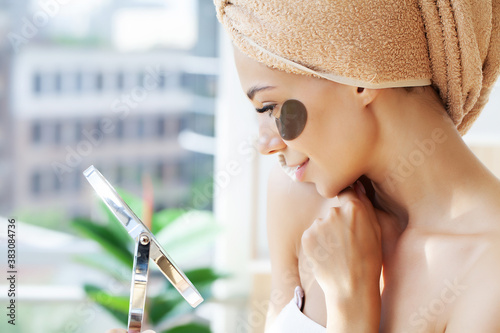 Fotografia Portrait of beauty woman with eye patches showing an effect of perfect skin