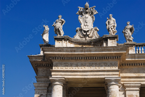 Fotografía Detail of Vatican coat of arms on St Peters square colonnades