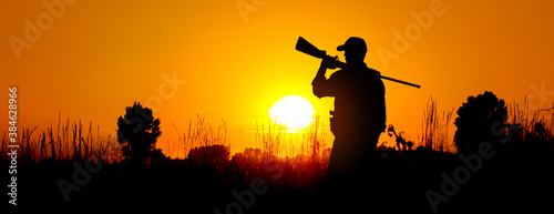 Photographie A silhouette of a male hunter carrying a shotgun