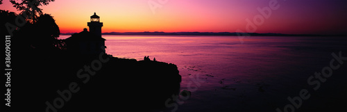 Photo A panoramic shot of a lighthouse against colored sky Sunlight