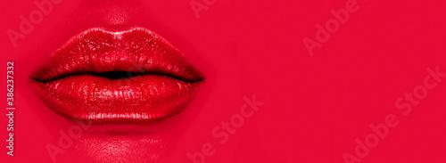 Fotografia Beautiful young woman's lips closeup, on red background