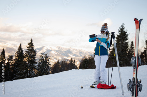 Canvas Print Sportswoman stopped to relaxing during skiing.