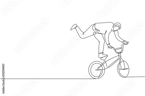 One single line drawing of young bmx bicycle rider performing freestyle trick on street vector illustration Fototapete
