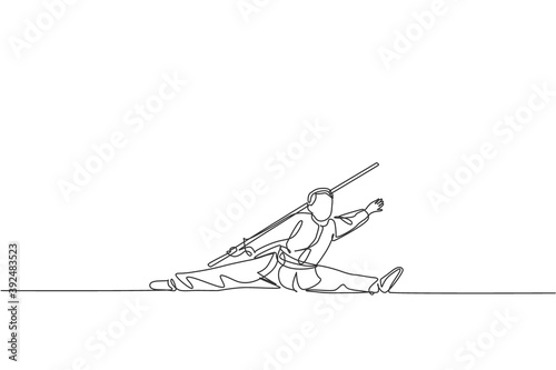 Photo One continuous line drawing of wushu master man, kung fu warrior in kimono with long stick staff on training