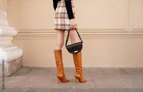 Canvastavla Closeup female legs in red high heel boots with black handbag