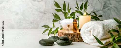 Fotografía beauty treatment items for spa procedures on white wooden table