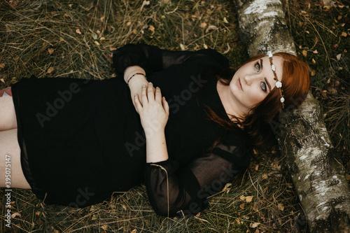 Fototapeta premium Rudowłosa kobieta w sukience