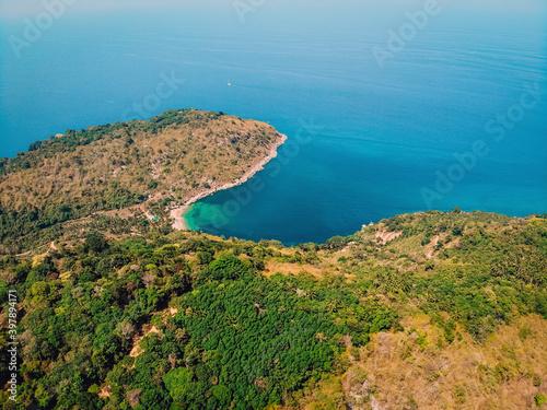 Carta da parati Bird's eye view of tropical isolated island with beautiful coast, blue aqua sea