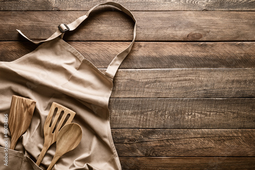 Fotografia Culinary background, kitchen utensils and apron on kitchen countertop with blank
