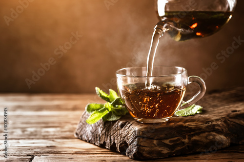 Photo Cup of hot tea with fresh mint leaves