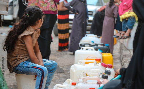 Fotografia Children fetch water due to the water crisis and the difficult living conditions