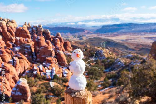 Small snowman on wooden post Fototapet