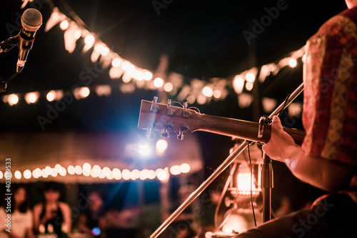 Photo Musicians playing guitar at music festivals, lights,  music, concerts, mini concerts