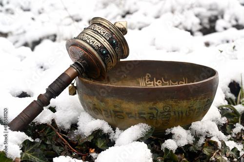 A tibetan singing bowl in the snow Fototapete