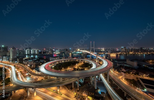 Photo High Angle View Of Light Trails On Elevated Road At Night