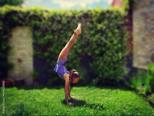 Tilt-shift Image Of Girl Doing Handstand In Park Fototapet