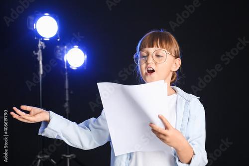 Tableau sur Toile Little actress on dark background