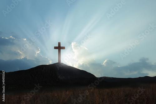 Fotografia Christian cross on hill outdoors at sunrise