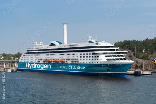 Photo A hydrogen fuel cell ferry ship with rotor sail. Concept
