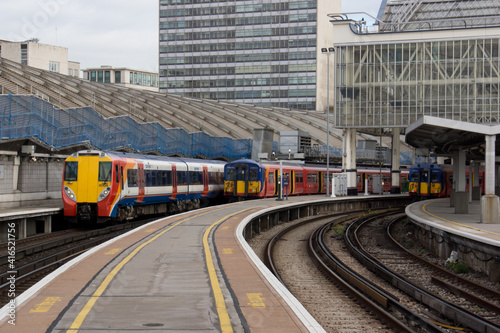 Fotografia trains at London Waterloo station in London
