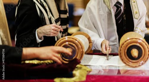 Fotografie, Obraz Hand of boy reading the Jewish Torah at Bar Mitzvah