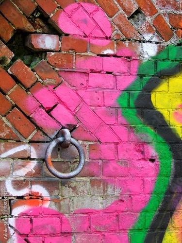Graffiti na starym murze z okuciem.