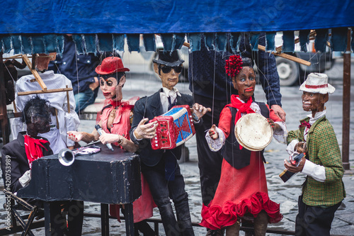 View of street puppet show theatre, with puppeteer puppet master pulling the str Fototapet