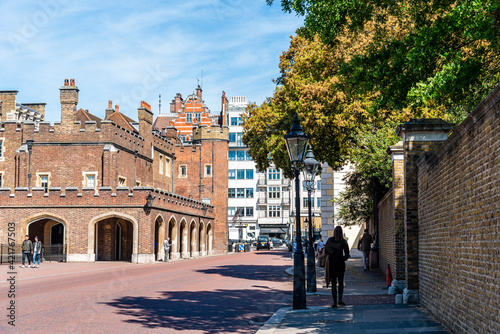 Obraz na plátně People Walking By Marlborough Road In Front Of St James Palace In Westminster A
