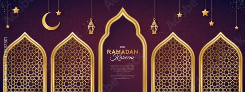 Photo Ramadan Kareem concept banner with gold 3d frame, arab window on dark background with beautiful arabesque pattern