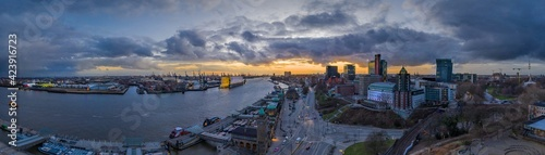 Photo Panoramic aerial view across the waterfront of the St