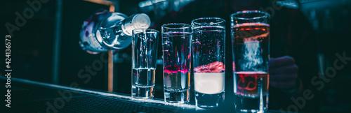 Fotografia bartender making collection of colorful shots