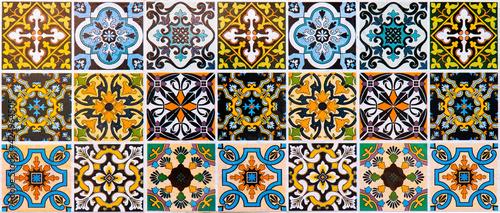 Mata na ścianę w kuchni  panoramiczne-kolorowe-plytki-ceramiczne-tekstura-tlo-panorama-wielokolorowa-ceramiczna-glazura-w-paski-w-stylu-maroka